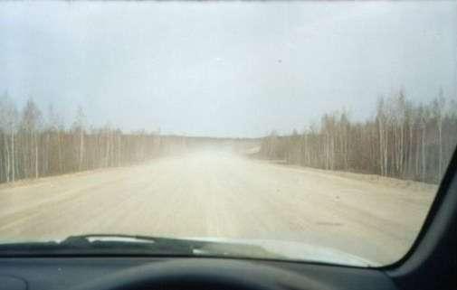Хорошая дорога, но очень пыльная, до впереди идущего автомобиля не менее 150 м, но его не видно в сплошном облаке пыли