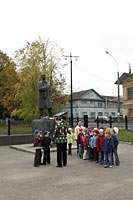 Дети у памятника Николаю Рубцову