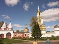 Святые ворота и колокольня Ризоположенского монастыря