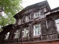 Деревянный дом - его бы подремонтировать...