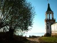 Вид от стены монастыря на озеро Неро