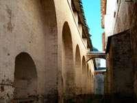 Узкие проходы напоминают европейские средневековые города