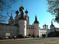 Парадные ворота и церковь Иоанна Богослова