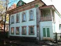 Просто красивый деревянный дом на улице