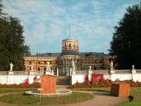 Вид на дворец с нижней террасы парка