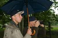 под зонтами: Мишка с Вовкой