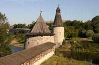 Вид на Плоскую и Высокую башню, охраняющие проход по р.Пскова