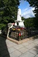 Ваш покорный слуга возлагает цветы на могилу поэта
