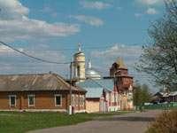 На заднем плане Крестовоздвиженская церковь