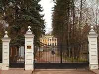 Входные ворота и аллея