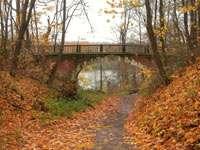 Мост в парке - по нему проходит аллея