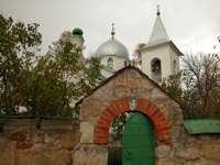 ограда и церковь