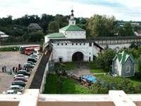 Вид с колокольни на святые ворота с Никольской церковью