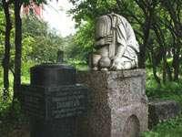 Одно из надгробий