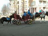 Праздничная повозка на улице Твери
