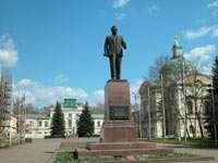 Путевой дворец Екатерины II и обкаканный Калинин на переднем плане