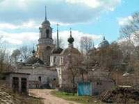 внизу Пятницкая церковь, наверху - колокольня и собор Бориса и Глеба