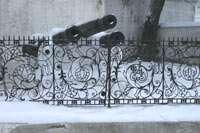 Пушки и решетка у здания художественного музея