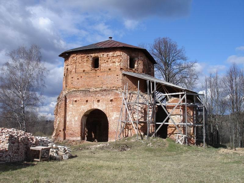 Рядом с развалинами церкви – пруд