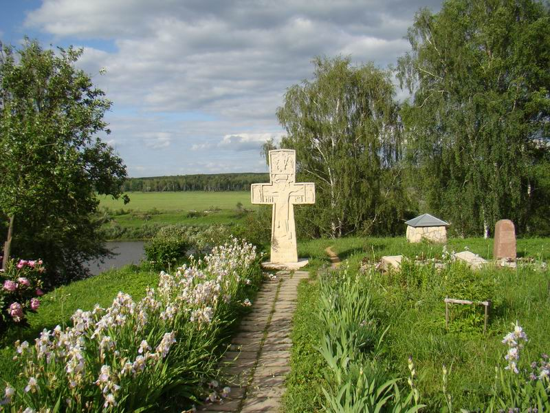 Таруса Крест рядом с Воскресенским храмом