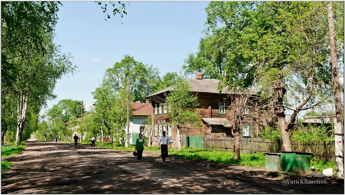 деревянный дом и мусорка