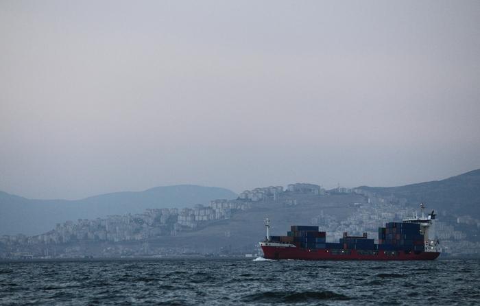 сумерки над Измирским заливом на фоне северных окраин Измира