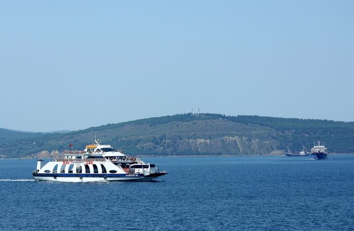 пролив Дарданеллы, европейский берег на заднем фоне