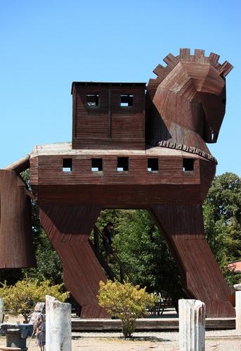 символический троянский конь в Трое
