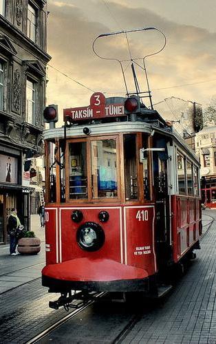 старинный трамвай на улице Истикляль