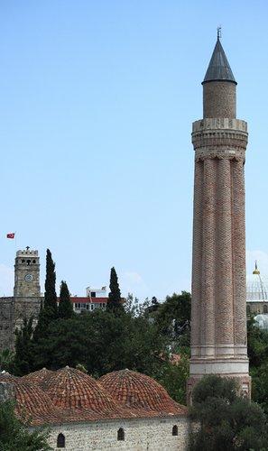 ребристый минарет и часовая башня в старом городе Антальи